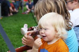 Amadeus smakade på gräset medan storebror Theodor spelade.