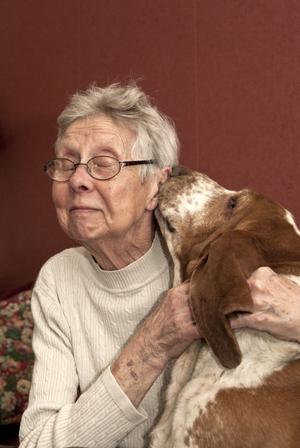 Eija Lönnroth med lånehunden Arthur.