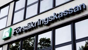 Försäkringskassan kräver att en kvinna i Södertälje betalar tillbaka drygt 165000 kronor som felaktigt har betalats ut till henne. Arkivbild.