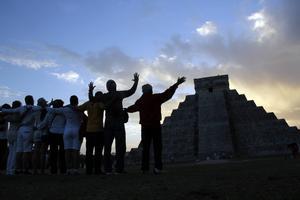 2012 samlades folk i den historiska staden Chichen Itza i Mexiko. Vissa trodde att dagen då Mayafolkets kalender tog slut också innebar slutet för jorden. Foto: Israel Leal/AP Photo/TT