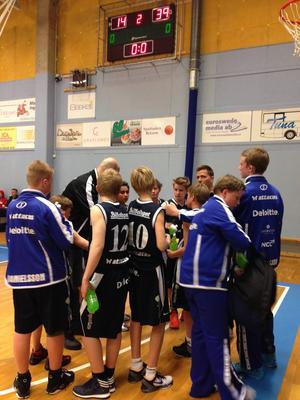 Jämtlands lag tog sig ända fram till final i P01-klassen. Här ser vi laget under ett taktiksnack med coachen Roger