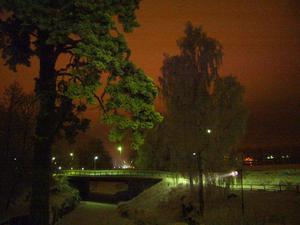 Märkligt att en så vit och kall vinterkväll kan få så vackra färger bara för att det är disigt!