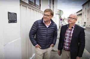 Anders Arfvén och Pär Höglund tittar på ett av sina senaste fastighetsköp, kvarteret Lindeman 4, med fasad mot Storgatan i Fiskarstan.