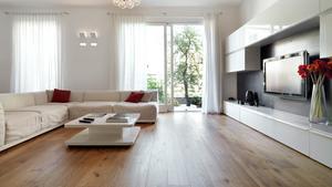 Ett massivt trägolv ger ett exklusivt och gediget intryck. Tänk dig samma rum med heltäckningsmatta eller klinkers - det skulle ge en helt annan känsla.