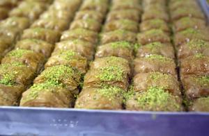 Baklava, ett gräddat bakverk bestående av smördeg och nötter, indränkt i en speciell söt lag.