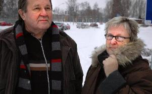 Johan Torro och Gunilla Jonsson klarade sig helskinnade i en bilolycka utanför Falun.Bilen bärgades iväg och de fick skjuts tillbaka till Borlänge.Foto: Bengt Pettersson