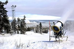 Konflikten mellan Sundsvalls slalomklubb och närboende vad beträffar det störande ljudet från snökanonerna rullar vidare som en snöboll.