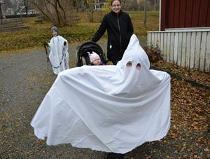 Buhuu! Bakom spökdräkten gömmer sig Erik Johansson som försökte jaga upp folk. Bakom kommer spökklädde Elias Wahlgren med rasslande kedjor. I bakgrunden syns också Sara Eklund och i vagnen Ebba Johansson.