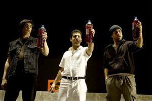 Omid Khansari, Bahador Foladi och Shebly Niavarani i Riksteaterns
