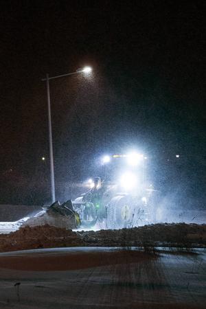 I Myre i Njurunda kommer en traktor som rensar bort snön i korsningarna längs E4:an och den skottar även gamla E4:an.