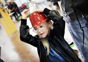 Elvira Fredriksson, 5 år, fick en brandhjälm och kan tänka sig att bli brandman en dag.