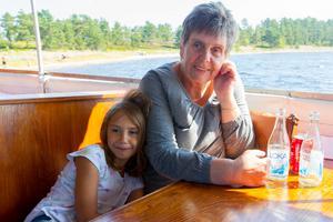 Cornelia Björkling och mormor Veronica Björklind åker med Moa för första gången.