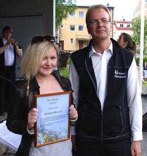 Musikbegåvningen Christine Matsson, 19 från Malung fick ta emot ett musikstipendium på tio tusen kronor i samband med nationaldagsfirandet i Malung och det var musikdirektören Magnus Karlsson som delade ut stipendiet.