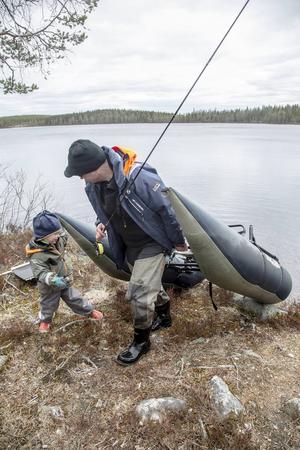 En pontonbåt är lätt att både bära och dra. Här får Börje Mattson hjälp av treåriga sonen Emil.
