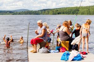 Vad passar bättre in mellan trolleri och glass om inte ett dopp i sjön.