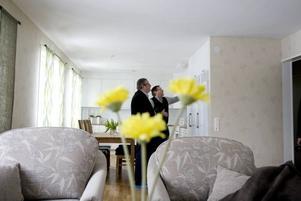 De ljusa och luftiga lägenheterna har fått öppen planlösning. Tanken är att hyresgästerna ska kunna bo kvar i hög ålder och kanske klara sig med lite hjälp från äldreboendet Spelmannen som ligger alldeles intill. Christer Ekendahl och Sören Bergqvist inspekterar.
