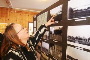 Maud Jonasson var den siste som föddes i Valmåsen. Här visar hon huset hon bodde sina första år i, innan familjen tvingades flytta.