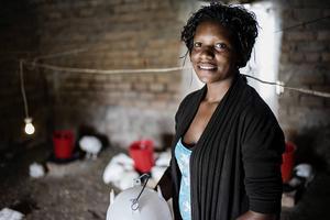 Klimatförändringarna drabbar fattiga länder hårdare, just för att de är fattiga. På bilden Chonile Mudenda Noole, mjölkbonde i Zambia och medlem i organisationen DAZ, som får stöd av We Effect.