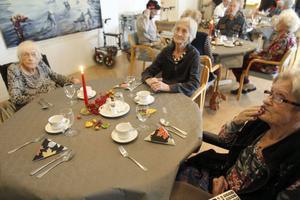 Ella Bladh, längst till vänster, Karin Björk och Ann-Marie Hedqvist brukar äta tillsammans. Det gjorde de även den här dagen, när borden var extra festligt dukade.