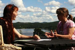 Lena Andersen och Kirsi Nikula planerar inför Haveröveckan.