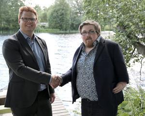 Kommunalrådet Fredrik Rönning (S) och Robbin Hellström, Aedis Arkitekter, är eniga om att bostadsbyggandet ska komma igång invid Kolbäcksån i Morgårdshammar.