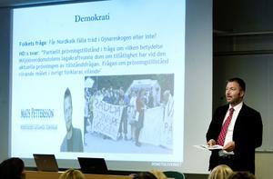 Fredrik Bohlin, domare i Hässleholms Tingsrätt har sedan flera år också arbetat med att förenkla det juridiska språket.