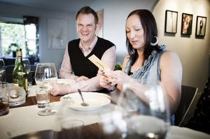 Klockan 18:30. Karin öppnar kuvertet som berättar var i Bollnäs de ska inmundiga varmrätten tillsammans med två nya par.