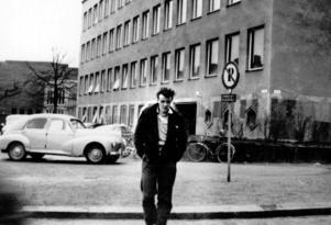 Sten Berglind utanför läroverket i Västerås 1958.