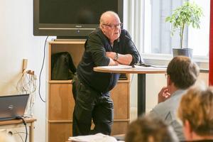 Det är viktigare att bry sig om de bofasta än att tro att vi kan rädda världen genom några vindsnurror, sa Pelle Persson som fick med sig socialdemokraterna.