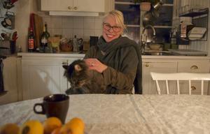 – Det känns kluvet att lämna Härjedalen. Det är väldigt sorgligt att lämna Långå, de trevliga människorna här och att lämna den fantastiska kören. Samtidigt ser jag framåt och tycker att det ska bli spännande med det nya som kommer, säger Jenny Michanek. Här tillsammans med katten Pilatus.