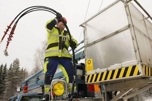 Montören  Hans  Johansson förbereder sig för att koppla på  reservkraft på högspänningsledningen  i Rissna.