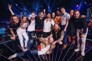 Samtliga 12 Idol-deltagare i årets finalrunda. Nu återstår bara 11. Frida Hörnquist fick lämna tävlingen.