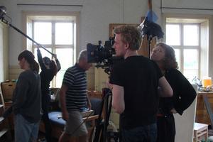 Fotograf Dennis Törnqvist Berg och scenograf Cecilia Gyllsén. Ljudtekniker är Camilla Näsholm, näst längst till vänster i bild.