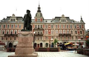 Hirschska huset vid Stora Torget är en av Stenstans främsta symbolbyggnader. Här bodde till exempel hotelldirektören Oskar Knaust - däremot aldrig byggherren själv, Isaak Hirsch.