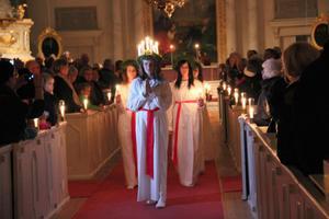 Kamerorna blixtrade när nykrönta lucian My Elverstig med tärnor, tågade ut ur Färila kyrka.