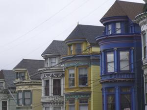 San Francisco är i allmänhet en färgglad stad, men ingenstans är husen så färgstarka som i de gamla hippiekvarteren Haight-Ashbury.