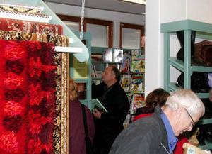 Kommunalrådet Sten-Ove Danielsson botaniserar bland böckerna efter det att han klippt bandet vid nyinvigningen av Erikshjälpens butik i Fränsta.