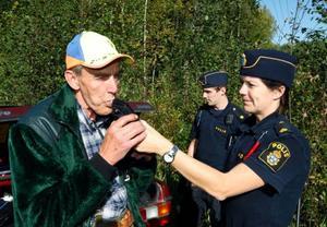 """""""Under mina 40 år som jägare har jag aldrig sett en polis i skogen"""", säger Bertil Larsson från Grötingens jaktlag, samtidigt som han får blåsa i alkometern. Poliserna Mari Brodin och Daniel Sjölund från Östersund kollar att allt går rätt till."""