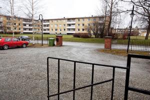 """Brottsplatsen sedd från polishuset. """"Det är oerhört frustrerande att det kunde hända 70 meter från stationen"""", säger Strömsundspolisen Björn Svanberg."""