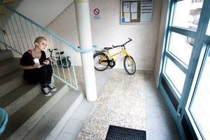 Gabriels taxi kan komma till bostaden allt mellan klockan 16 och 16.45. Den väntetiden tillbringar Ellinor i trapphuset för att kunna möta honom.