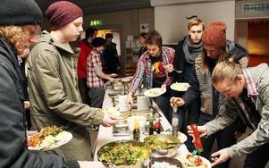 60-talet elever har startat sista terminen på epoken Brunnsviks folkhögskola i Brunnsvik, utanför Ludvika. Maten levereras av cateringfirma från Ludvika, serveras och äts i Storstugan. FOTO BOO ERICSSON