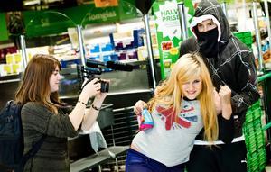Gisslandrama. Viktoria Sahl filmar när Elin Signe Axelsson blir kidnappad av Emil Pettersson. Den tre minuter långa filmen blev ett psykologiskt gisslandrama enligt filmskaparna själva.