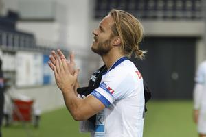 Anders Wikström tackar fansen efter sin sista Allsvenska match med Gefle  IF 7007ed87aaba6
