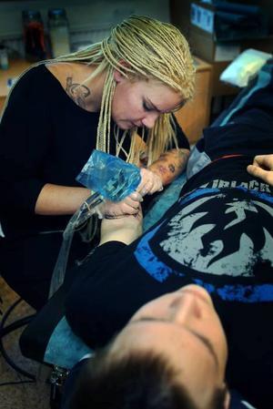 Premiärkund. Mattias Packalén är en av Diana Öbergs första kunder. Hon öppnade sin tatuerarstudio på Centralgatan i Hofors i måndags.
