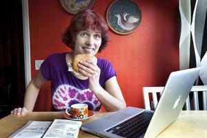 Kl 11.11 PRICK, hände inget speciellt i min närvaro/tillvaro. Jag tog lunchmackan, upphottad med majonnäs eftersom det är fredag, och satt samtidigt och redigerade porträtt som jag plåtade i förrgår. Britt Mattsson, fotograf på Arbetarbladet och Gefle Dagblad.
