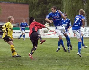 ABK-målvakten Viktor Åkesson ställdes gång på gång ensam med Delsbospelare.