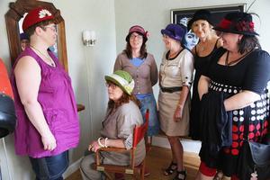 Deltagarna på hattkursen har under fem intensiva dygn tillverkat varsin hatt.