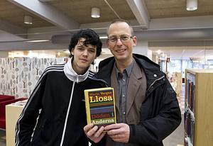 På plats. Dan Lorén och praktikanten William Hallén lämnade under lunchen arbetet på Länsmuseet. Det slutade med att Dan Lorén klockan ett blev en av de första att låna en av nobelpristagarens böcker.