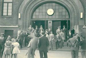 Förslag bildtext: Realexamen på Östra realskolan 26 maj 1954.   Den nioåriga grundskolan kom några år senare att ersätta realexamen.   Nu fick all chansen att gå vidare till gymnasium.