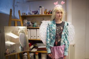 Amanda Sjölund ville klä ut sig till någon från serien Sailor Moon, och sökte rekvisita som passade hennes idé. Bland annat änglavingarna.